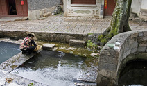 Album / China / Yunnan / Lijiang / Washing Rice